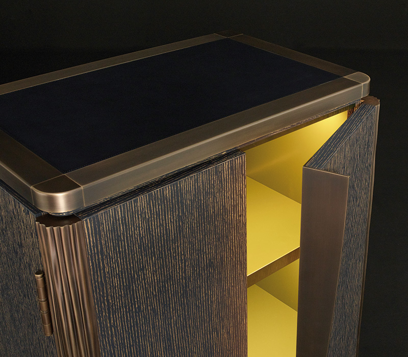 Bronze details of Soho, a cabinet in gold brushed stained blue oak with bronze details, from Promemoria's The London Collection | Promemoria
