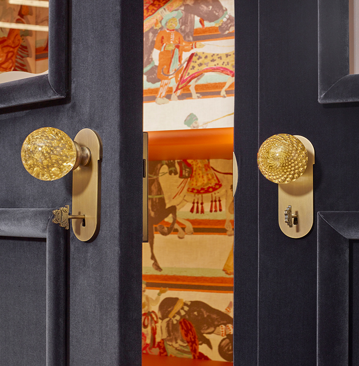 Handle detail of George, a wooden modular wardrobe with two, three or four doors covered in velvet or linen and details in bronze, from the Promemoria's catalogue | Promemoria