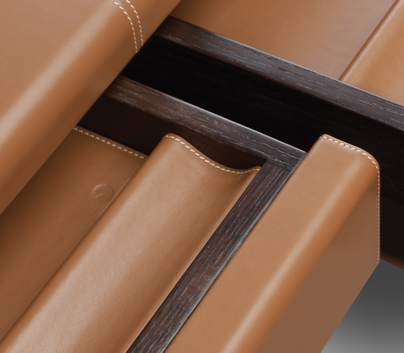 Detail of Ernest, a refined writing desk with wooden structure and covered in leather from the Promemoria's catalogue | Promemoria