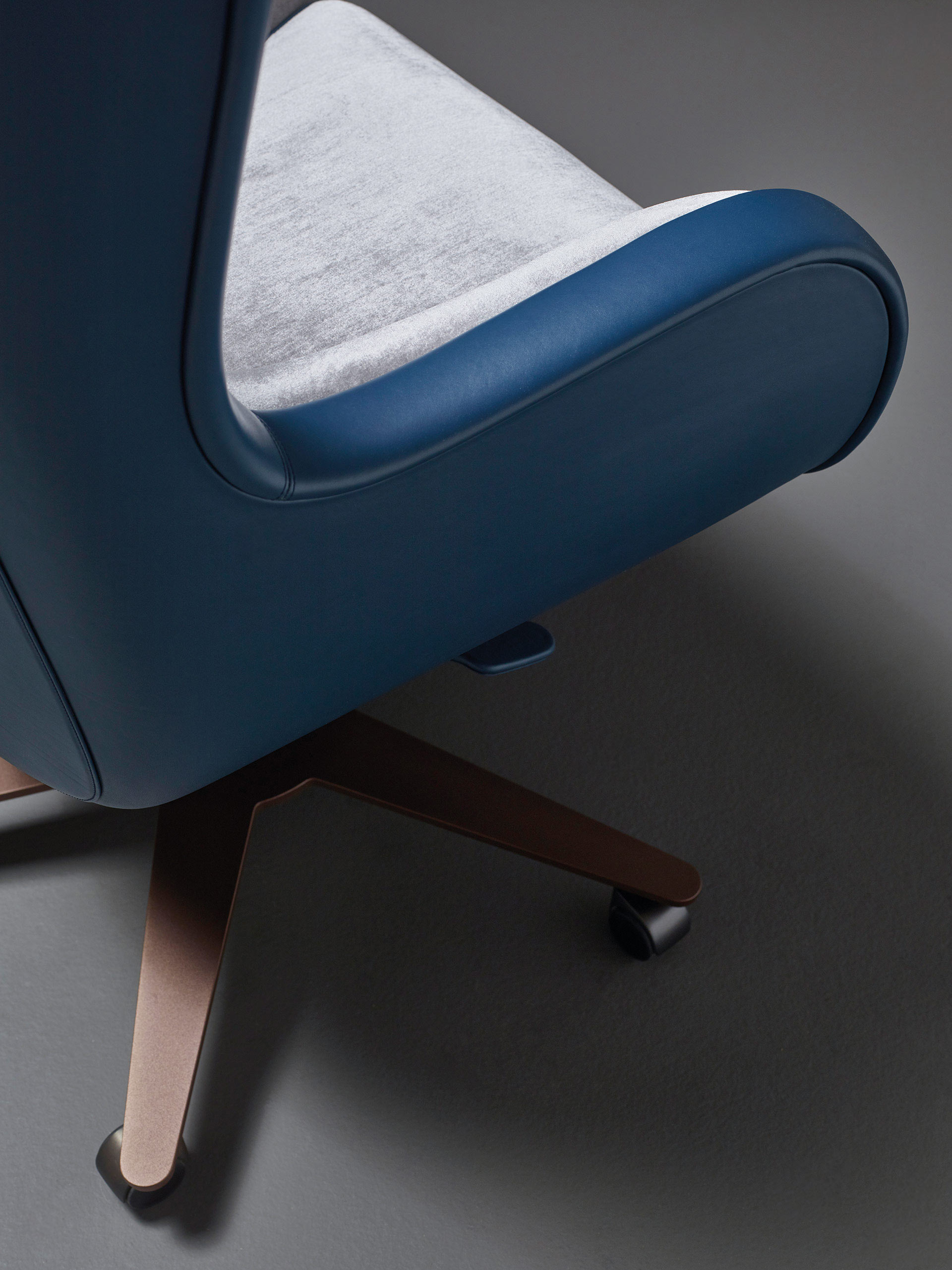 Metal base detail of Butterfly, an office armchair covered in leather and fabric, available with a pouf, from Promemoria's catalogue | Promemoria