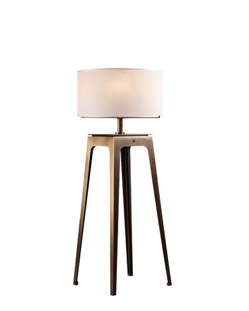 Warwick è una lampada da terra a LED in bronzo con paralume in seta con bordo fatto a mano, della collezione The London Collection di Promemoria | Promemoria