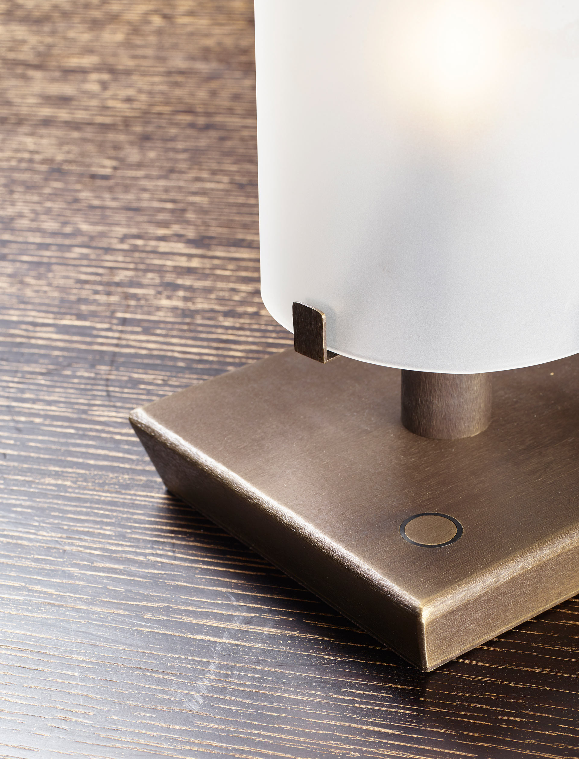 Detail of Marguerite, a table lamp with bronze structure and glass lampshade, from Promemoria's catalogue | Promemoria
