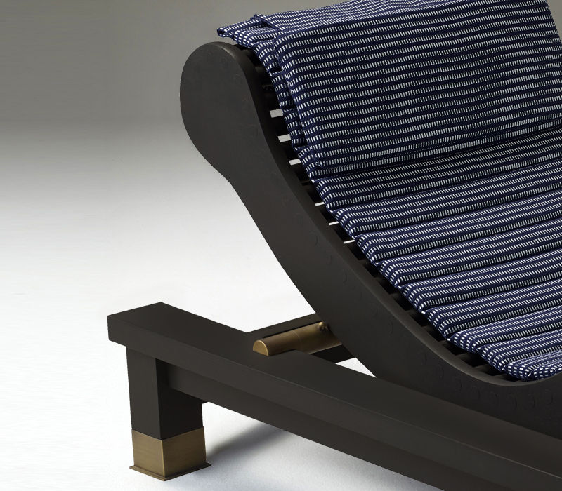 Detail of Belvedere, an outdoor wooden chaise longue-dormeuse with okumé and bronze details, from Promemoria's outrdoor catalogue | Promemoria