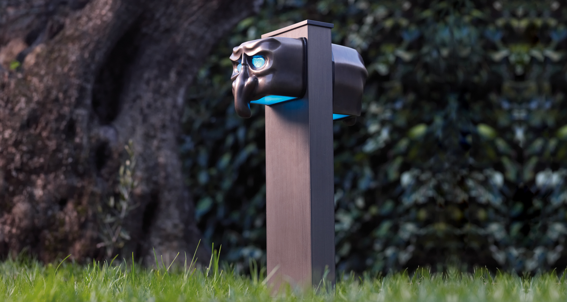 Maschera is a family of outdoor bronze wall lamps, from Promemoria's outdoor catalogue | Promemoria