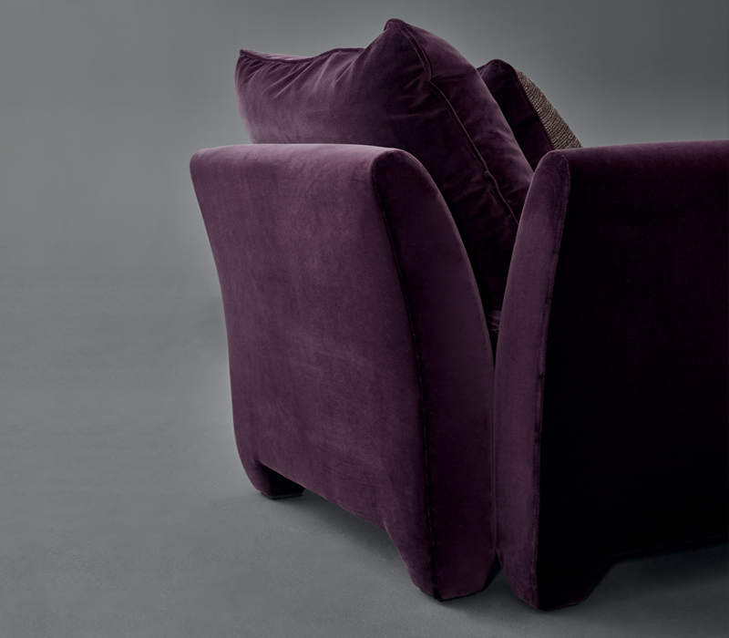 Detail of Augusto, a chaise longue covered in fabric with fabric or leather cushions, from Promemoria's catalogue | Promemoria