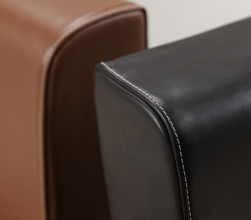 Leather details of Dolce Vita, a chaise longue covered in fabric with bronze feet, from Promemoria's catalogue | Promemoria