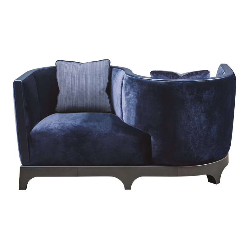 Grosvenor è un divano loveseat in legno rivestito in tessuto con dettagli in pelle e base in bronzo, della collezione The London Collection di Promemoria | Promemoria