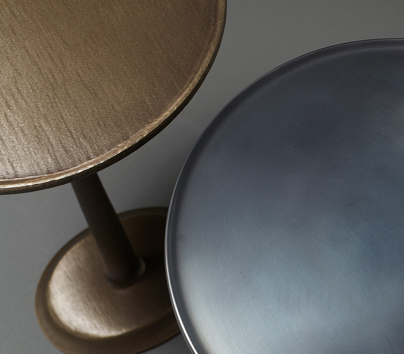 Top detail of Françoise, a bronze small table from Promemoria's catalogue | Promemoria
