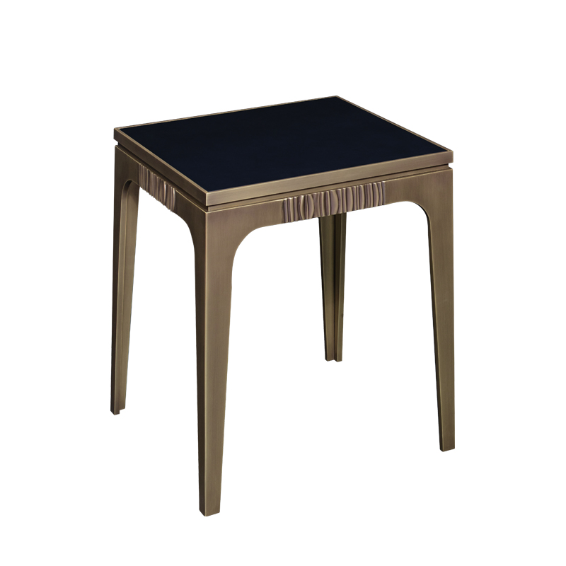 Lowndes est une table volante en bronze avec finitions en bronze. Ce meuble fait partie de la collection « The London Collection » de Promemoria | Promemoria