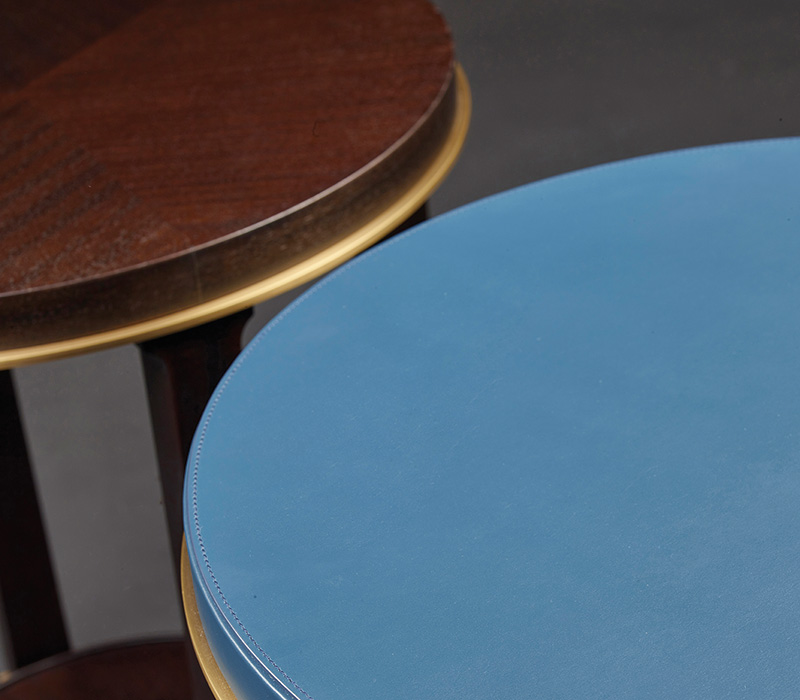Top detail of Momus, a wooden small table and gueridon with bronze base and profile, from Promemoria's Night Tales collection | Promemoria
