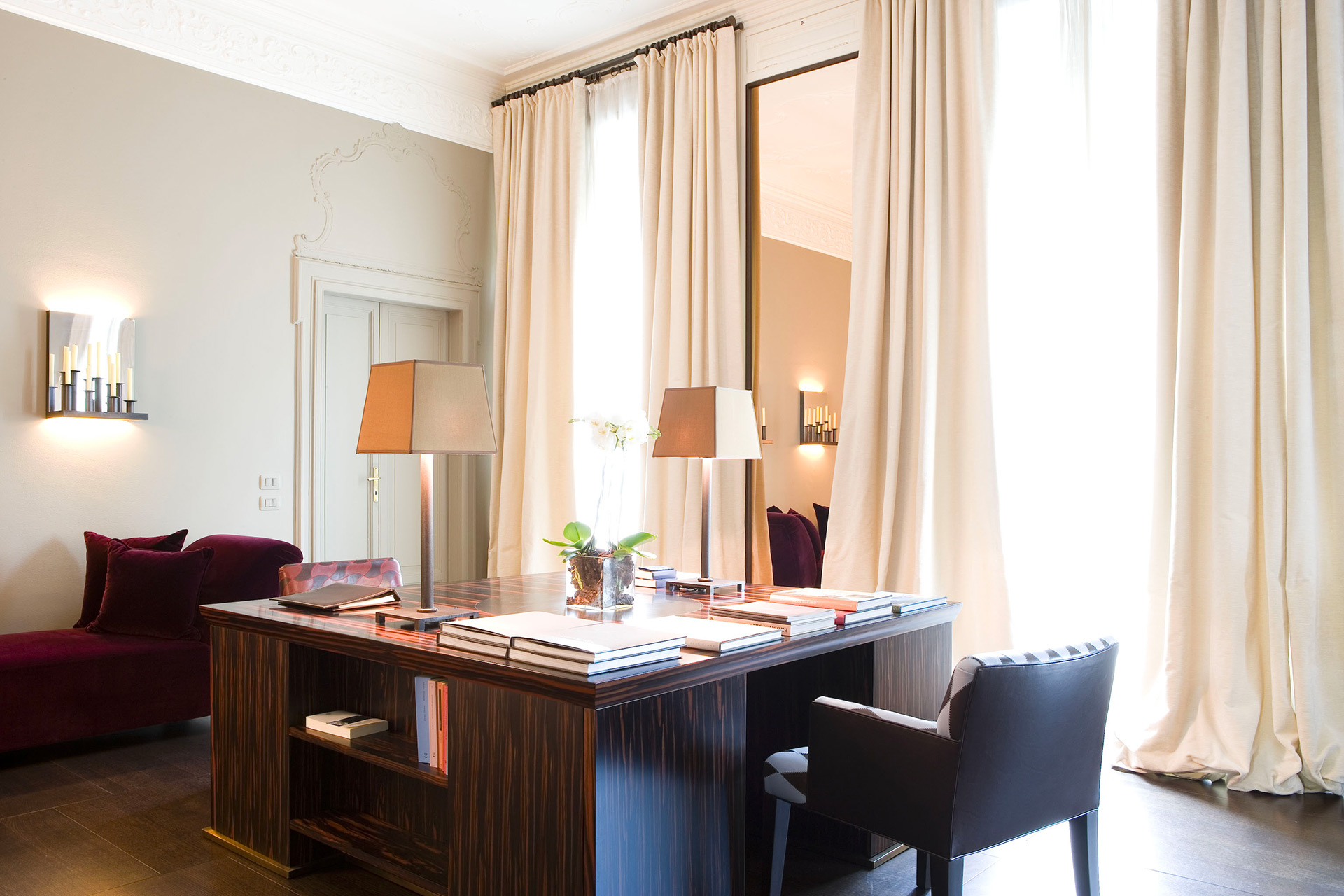 Office of a private residence in Milan furnished with Promemoria | Promemoria